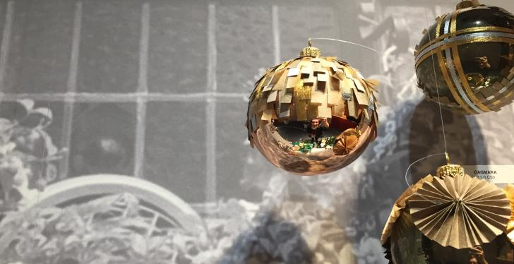 Modern Christmas tree ball; copyright: iXtenso/Pott...