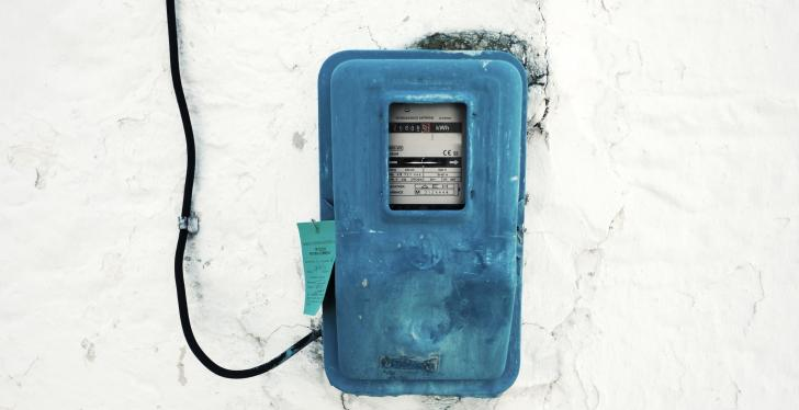 Old blue electricity meter on a bright wall; copyright: taner ardalı/Unsplash...